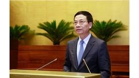 Bộ trưởng Bộ Thông tin và truyền thông  Nguyễn Mạnh Hùng tại phiên chất vấn sáng 8-11. Ảnh: VIẾT CHUNG
