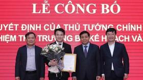 Bộ trưởng Nguyễn Chí Dũng trao quyết định và cùng lãnh đạo Bộ Kế hoạch và Đầu tư chúc mừng tân Thứ trưởng Trần Quốc Phương    