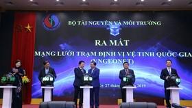 Phó Thủ tướng Trịnh Đình Dũng cùng các đại biểu nhấn nút khai trương mạng lưới trạm định vị vệ tinh quốc gia