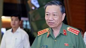 Bộ trưởng Bộ Công an Tô Lâm trao đổi với phóng viên
