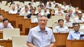 Chánh án Tòa án Nhân dân tối cao Nguyễn Hòa Bình phát biểu tại phiên họp sáng 15-6. Ảnh: VIẾT CHUNG