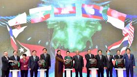 Chủ tịch Quốc hội Nguyễn Thị Kim Ngân và các đại biểu bấm nút khởi động Trang Thông tin điện tử, Ứng dụng trên thiết bị di động của Năm Chủ tịch AIPA 2020