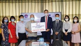 Đại diện Tiểu ban Trang thiết bị Y tế và Chẩn đoán thuộc EuroCham trao tặng test xét nghiệm cho Bộ Y tế Việt Nam
