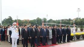 Trước phiên khai mạc, các đồng chí lãnh đạo Đảng, Nhà nước, các đại biểu Quốc hội kính cẩn nghiêng mình, bày tỏ lòng thành kính trước anh linh Chủ tịch Hồ Chí Minh. Ảnh: QUANG PHÚC