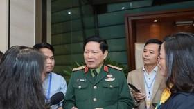 Đại tướng Ngô Xuân Lịch trao đổi với báo chí chiều 21-10. Ảnh: QUANG PHÚC