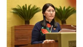 Chủ nhiệm Ủy ban Tư pháp Lê Thị Nga báo cáo trước Quốc hội. Ảnh: QUANG PHÚC