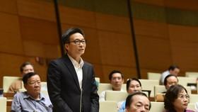 Phó Thủ tướng Vũ Đức Đam trả lời chất vấn tại phiên họp. Ảnh: VIẾT CHUNG