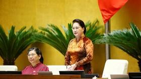 Chủ tịch Quốc hội Nguyễn Thị Kim Ngân trả lời chất vấn của đại biểu Trần Thị Quốc Khánh. Ảnh: Quochoi.vn