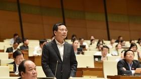 Bộ trưởng Bộ Thông tin và Truyền thông Nguyễn Mạnh Hùng trả lời chất vấn. Ảnh: QUANG PHÚC