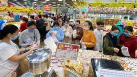 Người tiêu dùng chọn mua bánh kẹo tết tại một siêu thị ở TPHCM