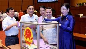 Đại biểu Quốc hội bỏ phiếu kín vào sáng 6-4. Ảnh: VIẾT CHUNG