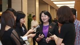 Đồng chí Đặng Thị Ngọc Thịnh trao đổi với báo chí bên hành lang Quốc hội, sáng 6-4-2021. Ảnh: QUANG PHÚC