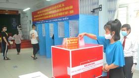 Cử tri bỏ phiếu tại điểm bầu cử số 65, Trường THCS Đoàn Thị Điểm, quận 3, TPHCM. Ảnh: CAO THĂNG