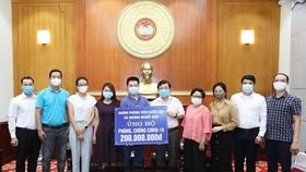 Phó Chủ tịch Ủy ban Trung ương MTTQ  Việt Nam Nguyễn Hữu Dũng tiếp nhận số tiền ủng hộ