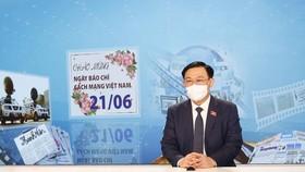 Chủ tịch Quốc hội thăm trường quay của Truyền hình Quốc hội Việt Nam