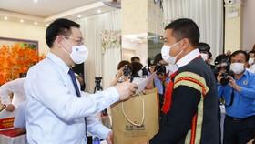 Chủ tịch Quốc hội Vương Đình Huệ trao quà tặng người lao động gặp khó khăn do tác động bởi đại dịch Covid-19