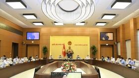 Quang cảnh phiên họp khẩn cấp của UBTVQH ngày 6-8 để bàn thảo, thông qua Nghị quyết