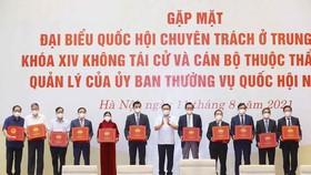 Chủ tịch Quốc hội Vương Đình Huệ trao Nghị quyết và quà tặng cho các đại biểu Quốc hội chuyên trách ở Trung ương Khóa XIV không tái cử và cán bộ thuộc thẩm quyền quản lý của Ủy ban Thường vụ Quốc hội