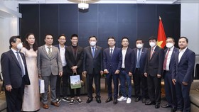 Chủ tịch Quốc hội Vương Đình Huệ và đại diện nhóm doanh nghiệp Phần Lan gốc Việt. Ảnh: DOÃN TẤN
