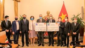 Đại diện Chính phủ Việt Nam tiếp nhận tượng trưng gần 1,5 triệu liều vaccine phòng Covid-19 Astra Zeneca. Ảnh: UNICEF Vietnam