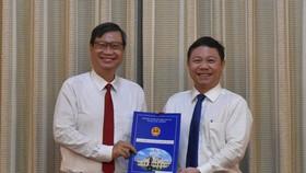 Phó Chủ tịch UBND TPHCM Dương Anh Đức trao quyết định cho đồng chí Vương Đức Hoàng Quân