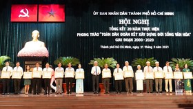 Phó Chủ tịch UBND TPHCM Võ Văn Hoan tặng bằng khen cho các tổ chức, cá nhân. Ảnh: ĐÌNH LÝ