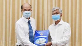 Phó Chủ tịch UBND TPHCM Võ Văn Hoan trao quyết định cho ông Nguyễn Nghĩa Hiệp. Ảnh: ĐÌNH LÝ