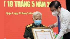 Trao tặng Huy hiệu Đảng cho 159 đảng viên cao tuổi Đảng