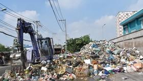 Phương tiện di dời rác từ vỉa hè đường vào trạm ép rác kín Sở Gà, phường Tam Phú, TP.Thủ Đức