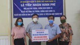 Hội Doanh nghiệp quận 10 trao tặng tiền ủng hộ mua vaccine phòng Covid-19