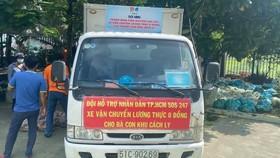 Xe vận chuyển lương thực cho người dân khu cách ly