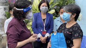 Lãnh đạo TPHCM thăm, tặng quà hộ dân khó khăn do dịch Covid-19