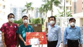 Đồng chí Dương Ngọc Hải trao bảng tượng trưng tặng trang thiết bị y tế cho Bệnh viện dã chiến thu dung điều trị Covid-19 số 12. Ảnh: ĐÌNH LÝ