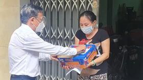 Đồng chí Nguyễn Hữu Hiệp tặng quà người Hoa ở quận 11 có hoàn cảnh khó khăn do dịch Covid-19
