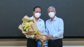 Phó Chủ tịch UBND TPHCM Võ Văn Hoan trao quyết định cho ông Nguyễn Ngọc Cường