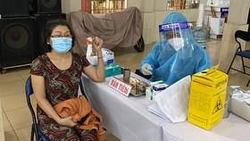 Tiêm vaccine cho người dân trên 18 tuổi ở quận 11, TPHCM
