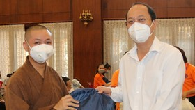 Đồng chí Nguyễn Hồ Hải, Phó Bí thư Thành ủy TPHCM tặng quà động viên các tình nguyện viên tôn giáo tham gia chống dịch