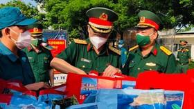 Trung tướng Nguyễn Văn Nam, Tư lệnh Bộ Tư lệnh TPHCM kiểm tra các phần quà tặng người dân gặp khó khăn trên địa bàn quận 12