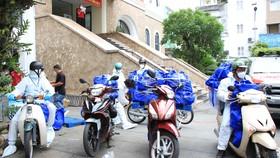 Đội hình SOS Trung tâm An sinh TPHCM vận chuyển hàng hỗ trợ tới cho người dân