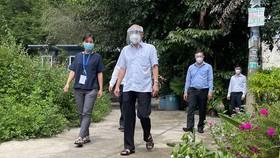 Đồng chí Phan Nguyễn Như Khuê thăm gia đình nhân viên y tế mắc Covid-19 tại TPHCM. Ảnh: HOÀNG HÙNG