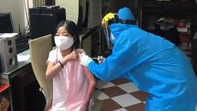 Lực lượng y tế quận 11 xuống tận nhà tiêm vaccine cho người dân