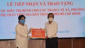 Công ty Cổ phần Thực phẩm Bình Tây tặng Ban Dân vận Thành ủy TPHCM 10.320 phần thuốc điều trị