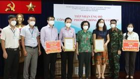 Chủ tịch Ủy ban MTTQ Việt Nam TPHCM Tô Thị Bích Châu trao thư cảm ơn cho các đơn vị ủng hộ quỹ phòng chống dịch Covid-19
