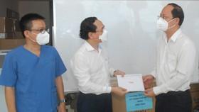 Phó Bí thư Thành ủy TPHCM Nguyễn Hồ Hải thăm lực lượng y bác sĩ tuyến đầu chống dịch