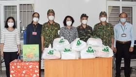 Đồng chí Tô Thị Bích Châu tặng quà động viên đội ngũ y bác sĩ, nhân viên y tế Trạm y tế lưu động phường 2, quận Phú Nhuận