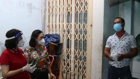 Chủ tịch Ủy ban MTTQ Việt Nam TPHCM Tô Thị Bích Châu thăm trường hợp F0 điều trị tại nhà ở quận 6