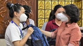 Chủ tịch Ủy ban MTTQ Việt Nam TPHCM Tô Thị Bích Châu cùng các đại biểu tặng quà cho các tình nguyện viên.