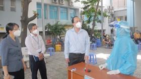 Phó Bí thư Thành ủy TPHCM Nguyễn Hồ Hải thăm hỏi các bác sĩ làm việc tại Bệnh viện Tân Phú. Ảnh: CAO THĂNG