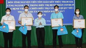 Phó Chủ tịch Ủy ban MTTQ Việt Nam TPHCM Phan Kiều Thanh Hương trao biểu trưng và tặng quà cho các tình nguyện viên