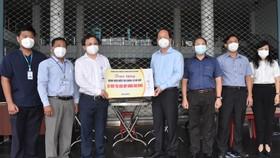 Đồng chí Nguyễn Hồ Hải tặng quà của Thường trực Thành ủy TPHCM cho Bệnh viện điều trị Covid-19 Gò Vấp